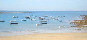 Kleine Fischerboote am Strand von Südspanien